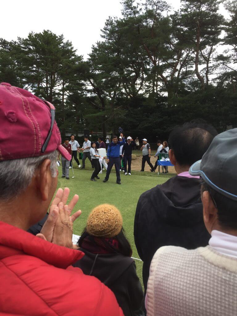 プロゴルファーがファンサービスをしている写真