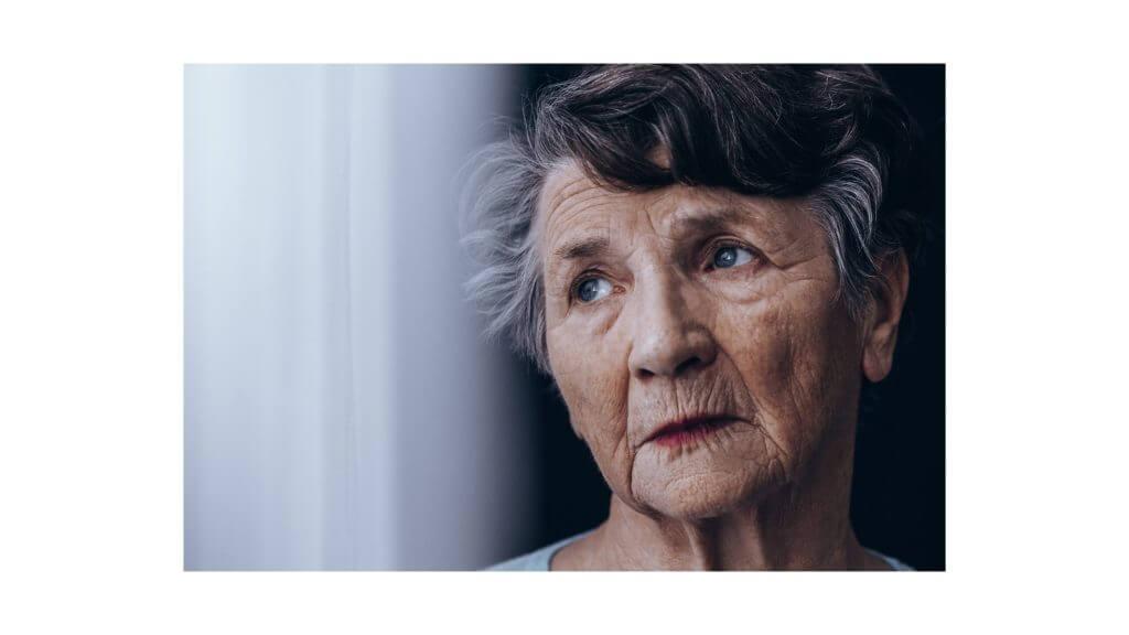 遠い目をする老婦人の写真