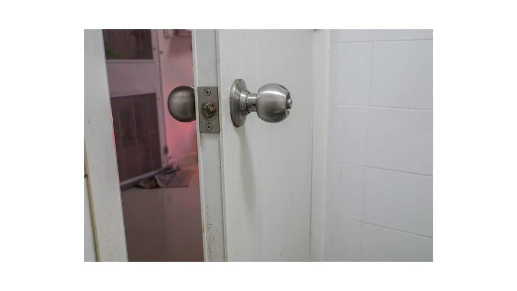 古びたドアの写真