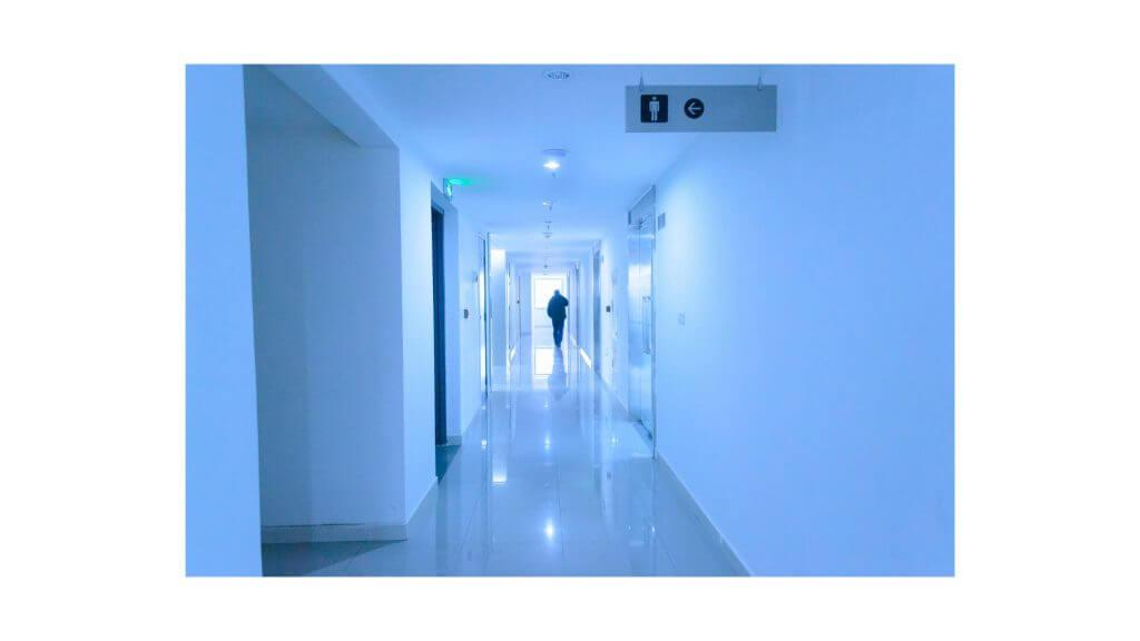 寒そうな廊下の写真