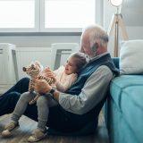 おじいちゃんと孫の写真