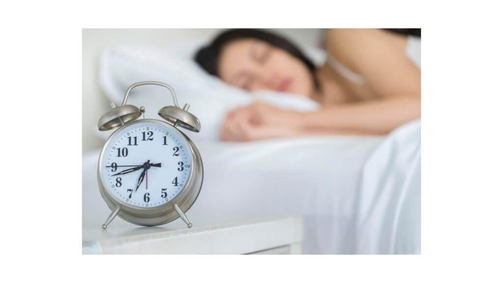 睡眠をとる女性の写真