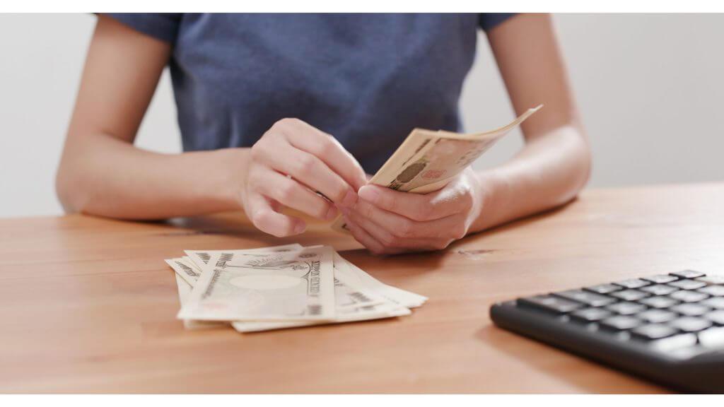 お金を数えるイメージ