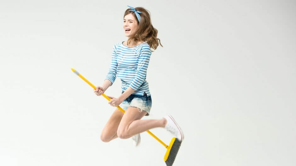 ほうきに乗った女の子の写真