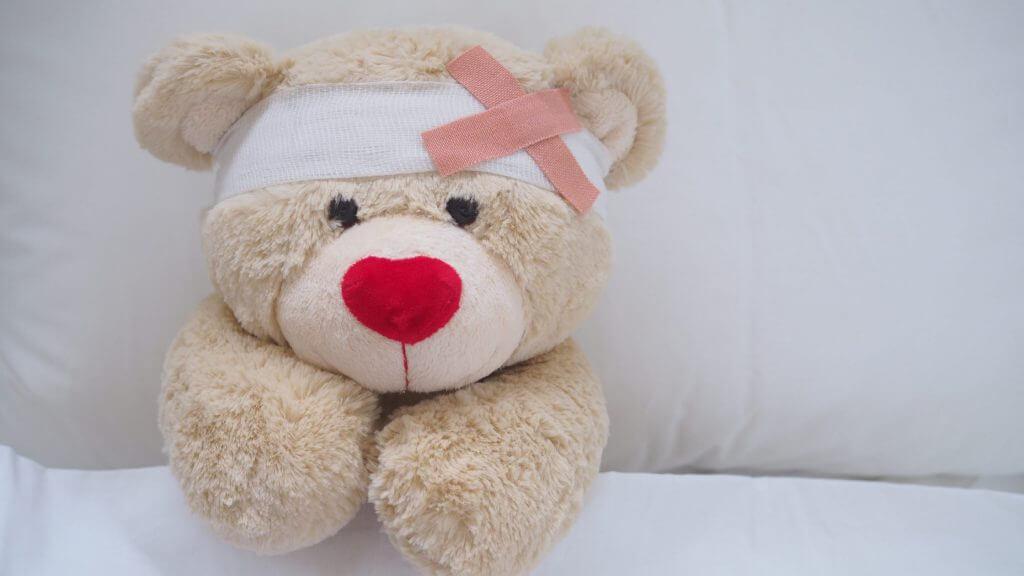 頭を怪我したクマのぬいぐるみの写真