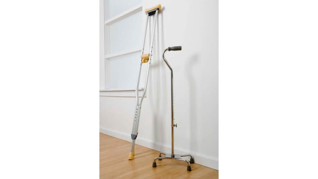 松葉杖と4点杖の写真