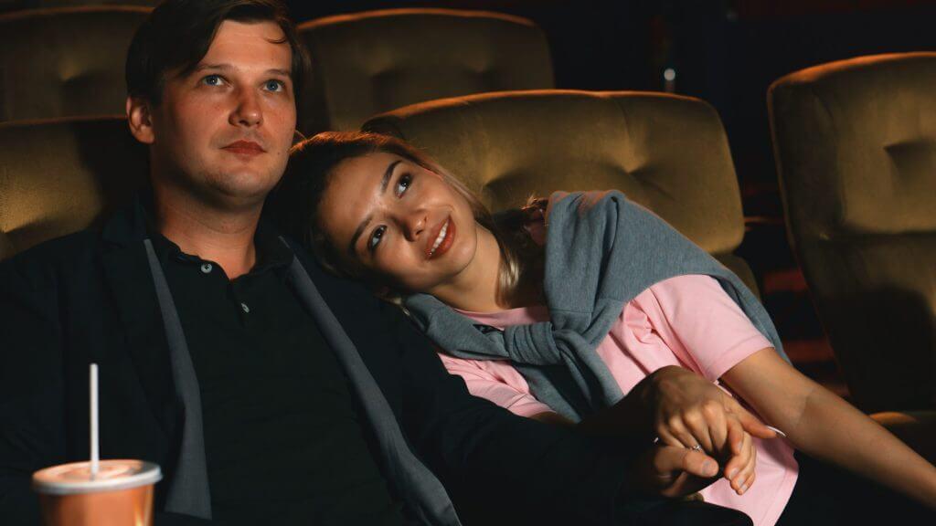 映画を見る男女の写真