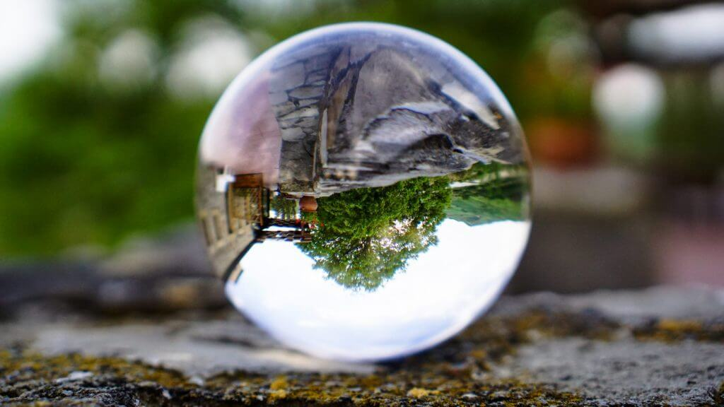 水晶に映ったひっくり返った景色の写真