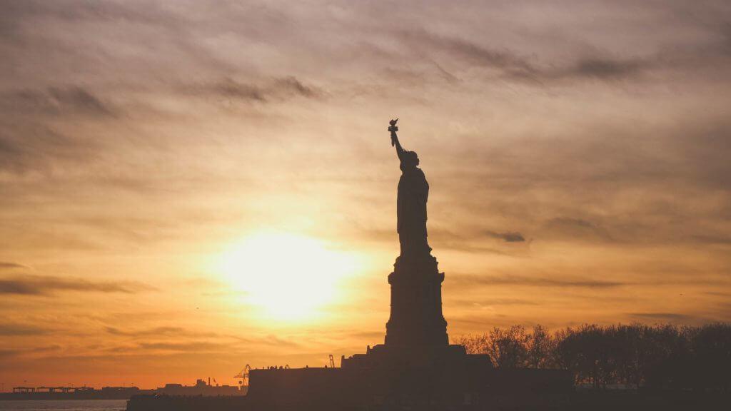 夕焼けに立つ自由の女神の写真