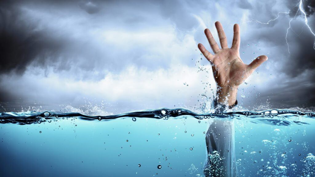 溺れるイメージ写真