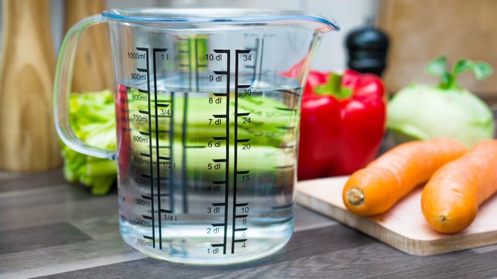 計量カップと野菜の写真